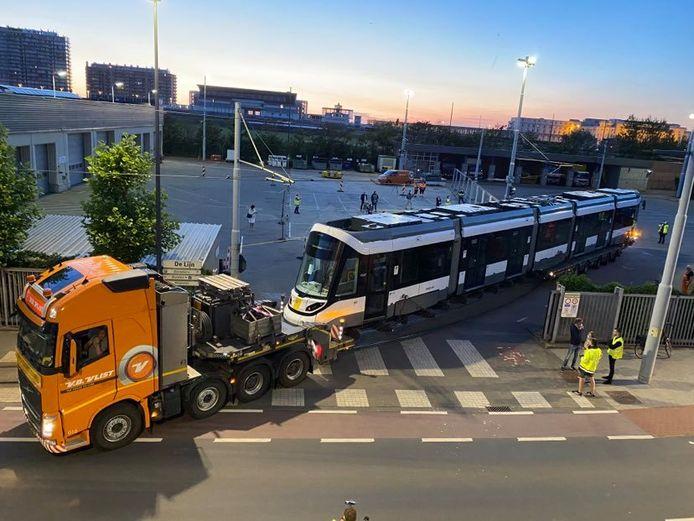 De nieuwe kusttram is aangekomen in Oostende, nadat ze per boot uit Spanje naar Zeebrugge werd vervoerd