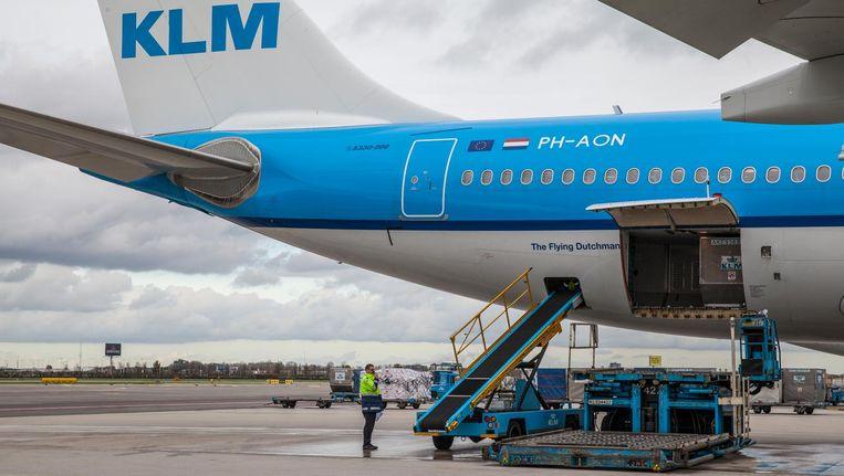 KLM Cargo gaat veel meer vracht vervoeren in het bagageruim van passagiersvliegtuigen, vooral pakketten voor webwinkels. Beeld Natascha Libbert