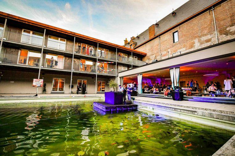 Verspreid over drie dagen genoten 618 feestvierders - elk in hun bubbel - op 52 balkons van zonnige beats.