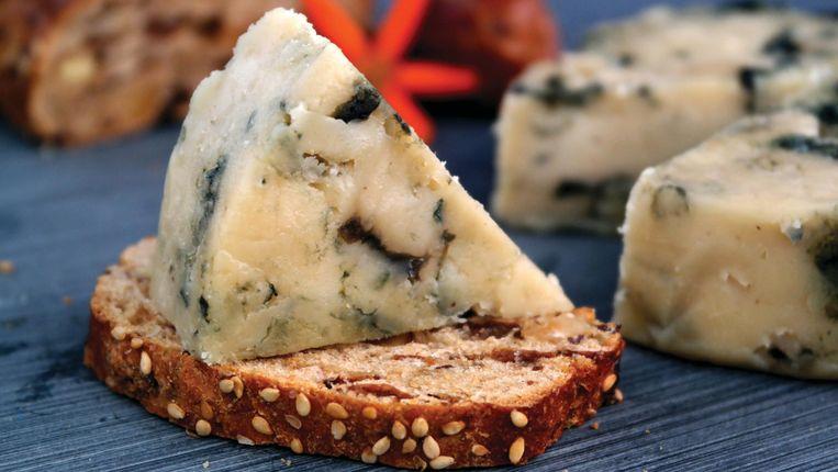 Kaaskoppen kunnen los op het kaasplankje vol kazen op cashewbasis. Beeld  Nick Pina (LemonCake)