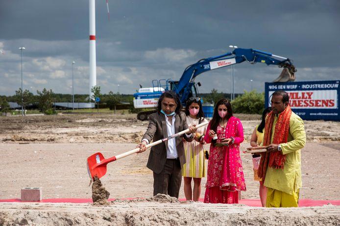 De ceremonie vormt het startschot van de bouwwerken voor een nieuwe fabriek in Lommel.