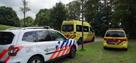 Man belandt in Waalwijkse sloot en moet met ambulance naar ziekenhuis