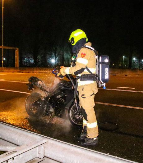Motor vliegt in brand tijdens rijden, bestuurder weet te 'ontsnappen'