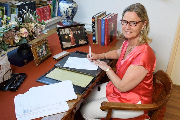 Annie Schreijer werkt al een jaar thuis als Europarlementarier, vanwege corona is het parlement in Brussel grotendeels leeg. Besluiten neemt ze in haar werkkamer in Hengevelde.