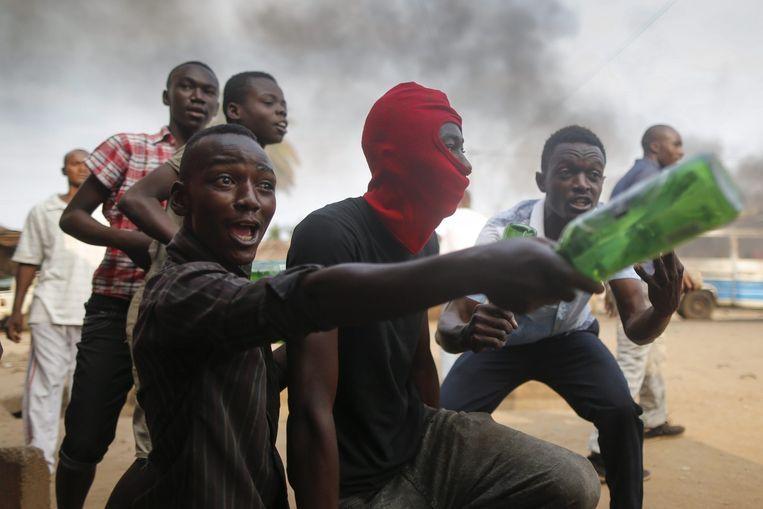 Burundese jongeren protesteren tegen de kandidatuur van president Nkurunziza in mei. Beeld EPA