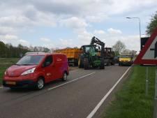 Tractor met gebroken achteras blokkeert rijstrook Hamelandweg
