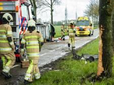 Auto gelanceerd na harde klap tegen boom, bestuurster door brandweer bevrijd