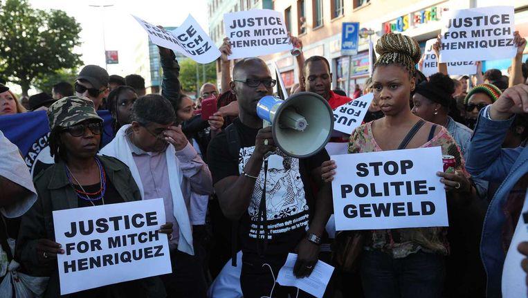 Voor politiebureau De Heemstraat in de Haagse Schilderswijk zijn honderden betogers samengestroomd. Zij protesteren tegen de gewelddadige dood van de Arubaan Mitch Henriquez afgelopen weekend na een confrontatie met de politie. Beeld ANP