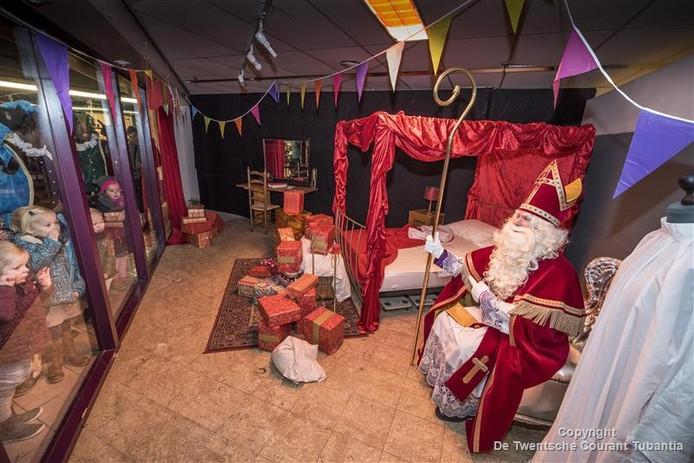 Sinterklaas werd zaterdagmorgen gewekt in zijn slaapkamer in de Vijfhoek.