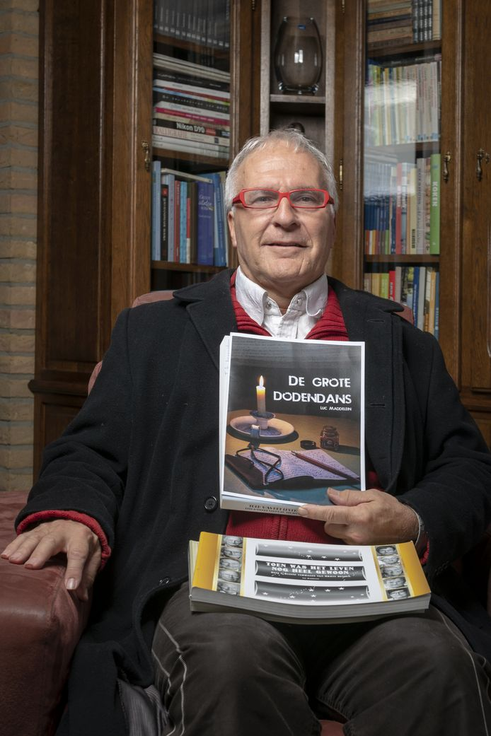Luc Maddelein toont zijn nieuw boek.