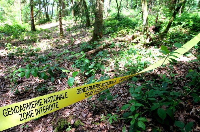Un cordon de police délimite le site des fouilles pour retrouver les restes d'Estelle Mouzin, une fillette de neuf ans disparue il y a 17 ans, le 16 juin 2021 dans le village d'Issancourt-et-Rumel, dans le nord-est de la France.