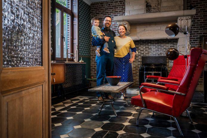 """Jutha en Sven in het interieur van hun nieuwe """"Het Vintro Huis"""". """"We nemen bezoekers graag mee naar de jaren vijftig, zestig en zeventig"""", klinkt het."""
