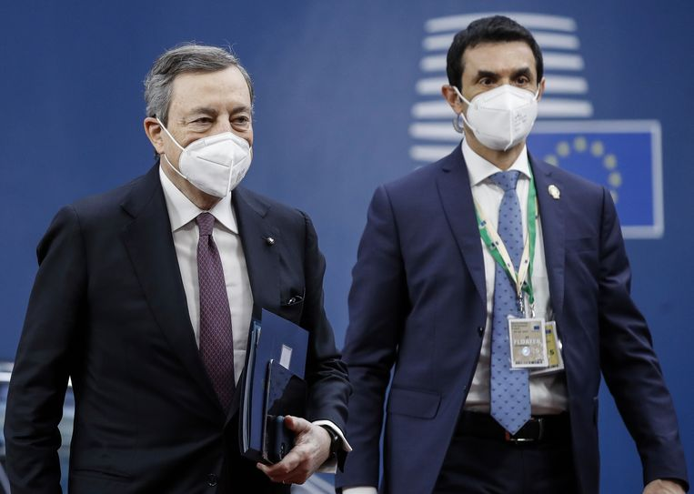 Premier Draghi (l) komt aan in het gebouw van de Europese Raad in Brussel voor een eurotop. Beeld AP