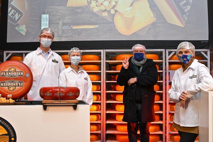 Flandrien Kaas verdubbelt de productiecapaciteit. We bemerken vlnr zaakvoerder Jan Desmet, zijn echtgenote Helga Deloof, Wim Opbrouck en minister Hilde Crevits