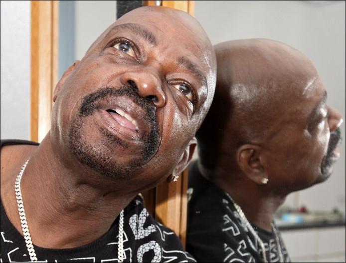 Dubbelportret van Johnny ' Otis' Tholen. Zoals zijn leven zich 'dubbel' voltrekt. De haast 73-jarige begint gewoon opnieuw in de seksbranche, dicht bij de Damstraat, in de Willemstraat. foto Chris van Klinken/ het fotoburo
