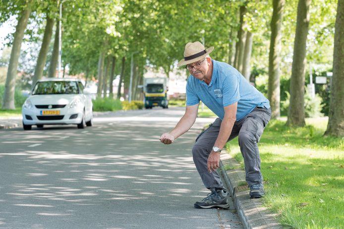 Willem Folmer raapt regelmatig stalen pinnen van borstels op, die voor lekke banden kunnen zorgen.