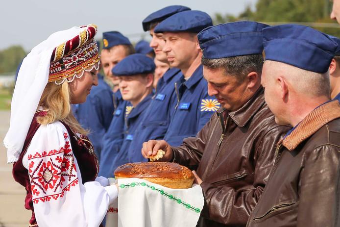 Russische piloten worden welkom geheten in Wit-Rusland.