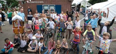 Dorpsschool viert na 99 jaar het allerlaatste feestje: 32 leerlingen op versierde fietsen door Lathum
