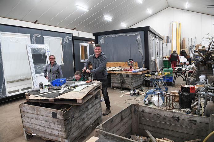 Eigenaren Maaike en Toon Hop van Maatschap Hop uit Wagenberg. Op het bedrijf wordt druk gewerkt aan nieuwe woonunits.