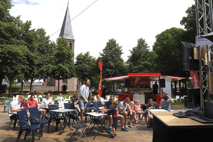 De Brink in Sint Anthonis in juli 2020. Op een groot terras kijken gasten naar de Grand Prix van Hongarije. In de nabije toekomst komt er meer horeca aan het dorpsplein.
