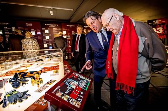 Ben Wijnstekers bekijkt samen met zijn vader Henk de statistieken van zijn tijd bij Feyenoord. Zijn vader speelt een rol in de documentaire Feyenoord in de oorlog, ook te zien in het nieuwe museum.