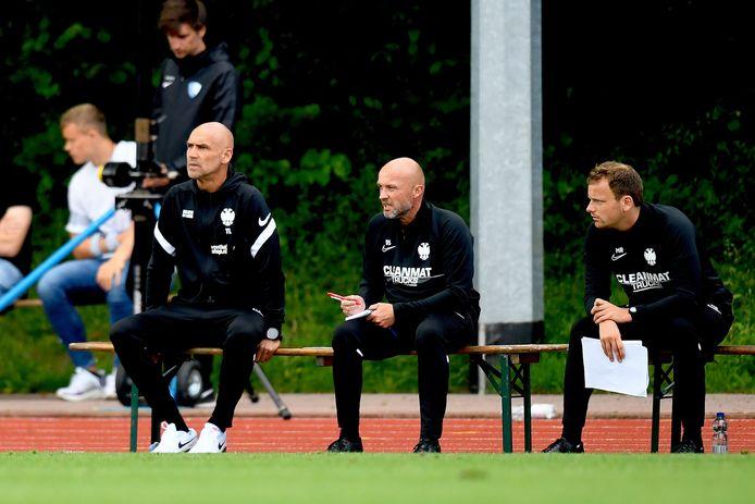 Vitesse-trainer Thomas Letsch (links) tijdens de oefenwedstrijd tegen VfL Bochum.