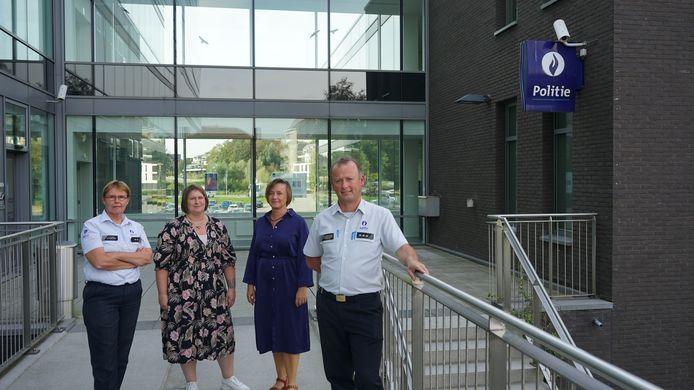 Commissaris Katty De Bruyn, communicatieverantwoordelijke Ellen Waltens, politiesecretaris Veerle Van Raemdonck en korpschef Wim Pieteraerens lanceren een nieuwe campagne om de vele vacatures bij het korps in te vullen.