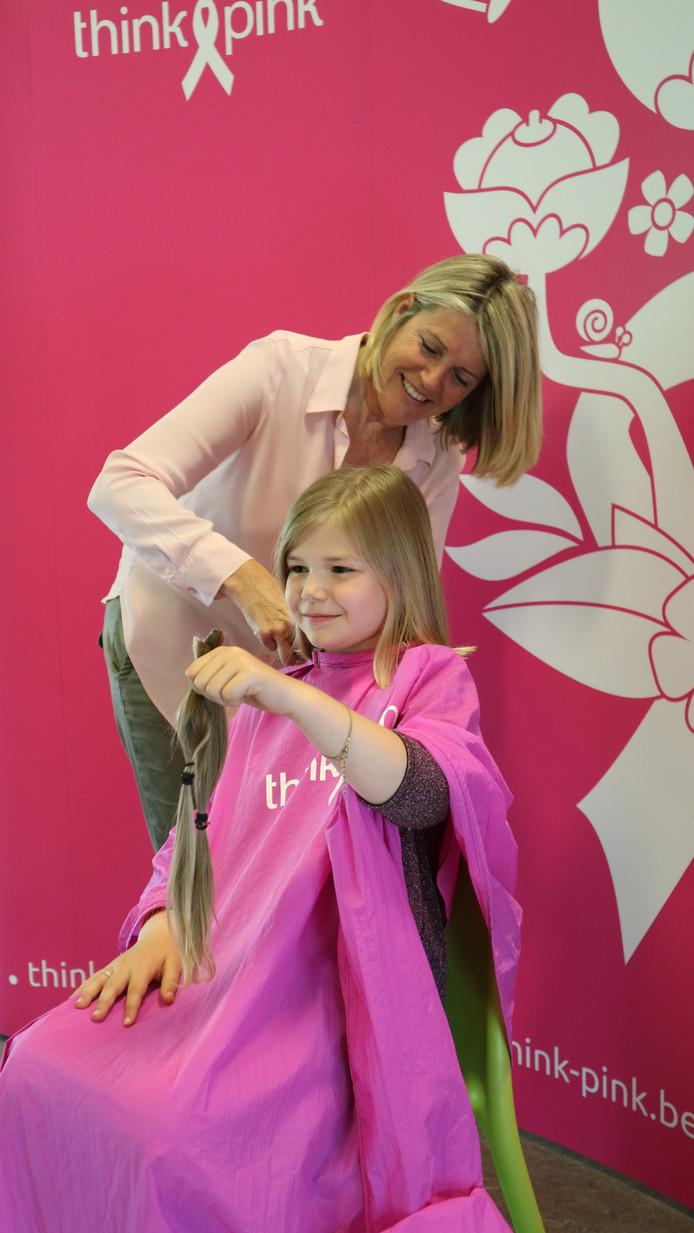 Tilly toont haar afgeknipte haar bij oma Heidi.