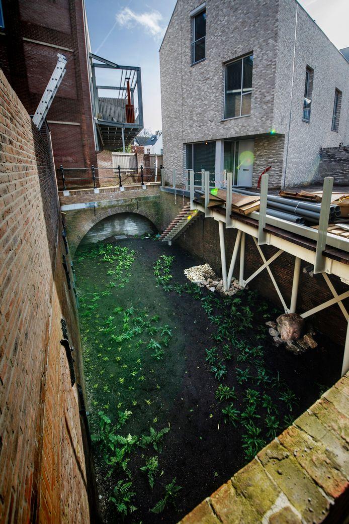 Een droog stukje vaart, een kade en een brug: De Doode Stroom is weer tot leven gewekt