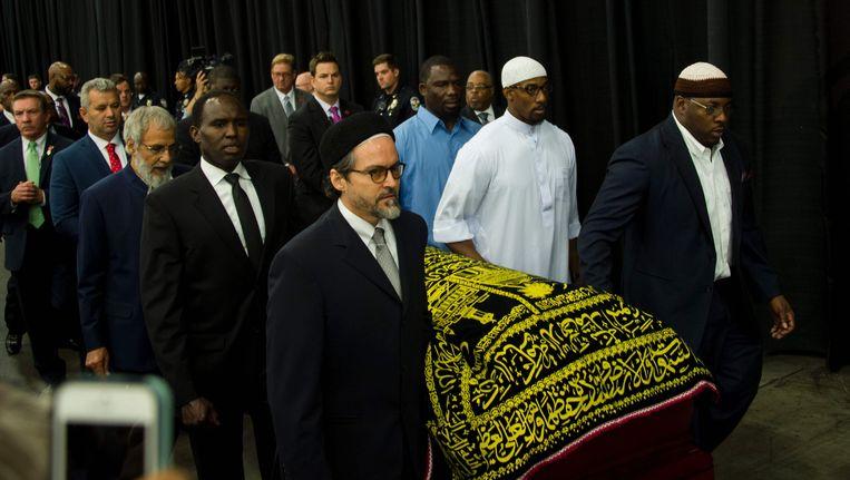 De kist van Muhammad Ali wordt donderdag naar de islamitische herdenkingsdienst gedragen. Beeld null