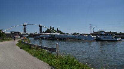 Brugonderdelen varen per boot voorbij