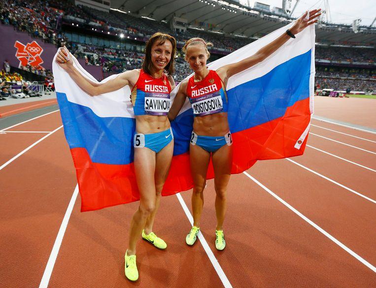 Mariya Savinova (l) en Ekaterina Poistogova wonnen respectievelijk goud en brons in de 800 meter finale tijdens de Olympische Spelen van Londen in 2012. Beide atleten moeten volgens het WADA levenslang geschorst worden vanwege het gebruik van doping. Beeld EPA
