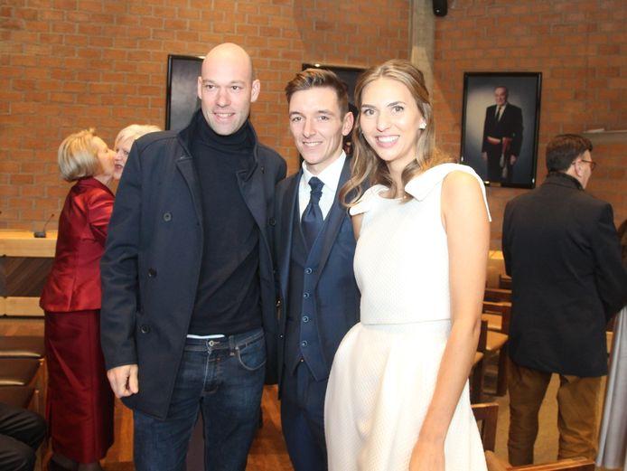 Streekgenoot en ex-renner Kevin Van Impe was bij de eerste om Japser De Buyst en Gaia De Pauw te feliciteren met hun huwelijk.