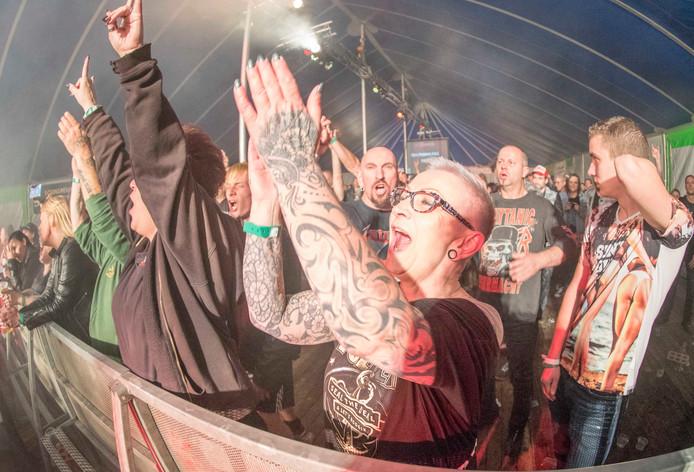 Het publiek geniet op Dijkrock van het optreden van Slayensemble, de Slayer tributeband uit Duitsland.