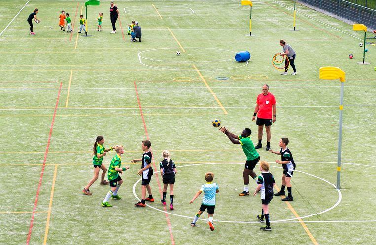 De jeugd van korfbalvereniging Ons Eibernest aan het spelen op het complex van de vereniging in Den Haag.  Beeld Klaas Jan van der Weij / de Volkskrant