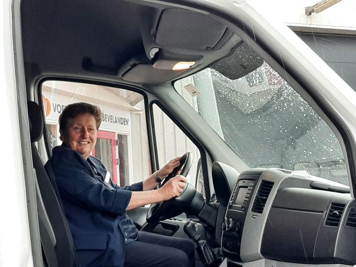 Voorzitter Dorith van Ewijk achter het stuur in de nieuwe bus.