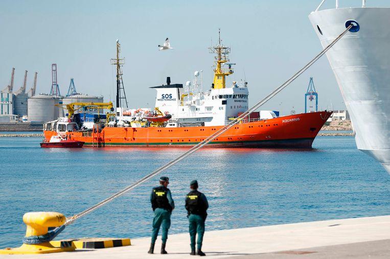 De Aquarius met 629 migranten aan boord vaart op 17 juni 2018 de haven van Valencia binnen. Beeld AFP
