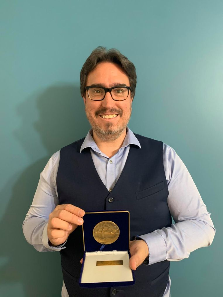 Olivier Drouin, oprichter van COVID Ecoles Québec poseert met de medaille die hij van het Canadese parlement heeft ontvangen. Beeld RV