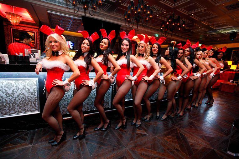 Serveersters in het traditionele bunnypakje, in het casino Playboy Club in Macau. Beeld AP