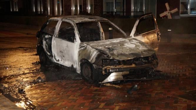 Twee aanhoudingen na nieuwe autobrand in Veen; politie en brandweer bekogeld