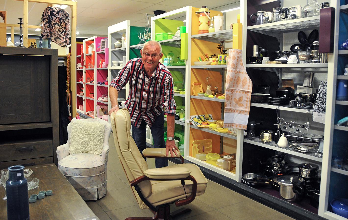 Bram van den Berge in de kringloopwinkel van Woord en Daad in Nieuwerkerk.