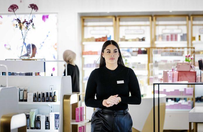 Een medewerker in het warenhuis Hudson's Bay in Hoog Catharijne tijdens de opening.