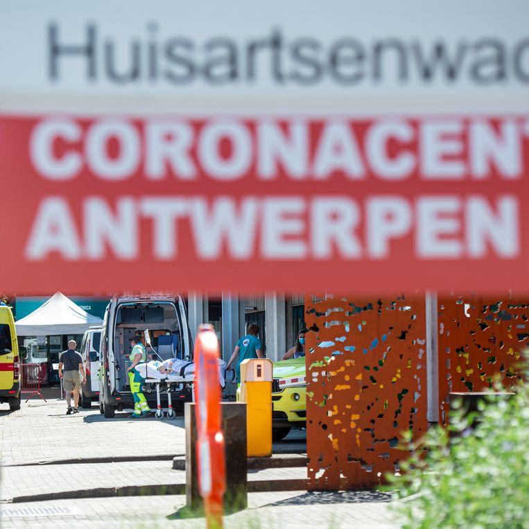 Een patiënt bij het coronatriagecentrum Oost aan het AZ Monica, Antwerpen. 'Het probleem zal niet tot Antwerpen beperkt blijven', is André stellig.  Beeld BELGA