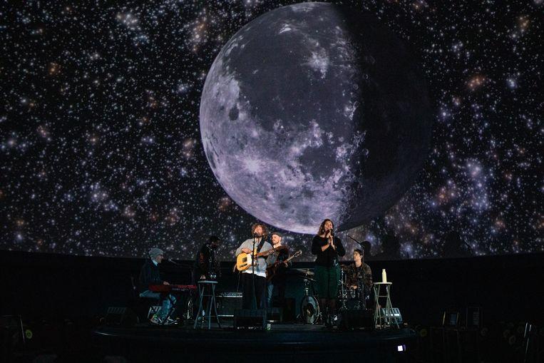 Singer-songwriter Benny Sings repeteert met zijn band in het planetarium van Artis. Beeld Nosh Neneh