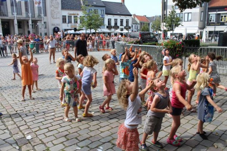Archieffoto: Kinderen staan klaar om knuffels op te vangen die uit de toren van Sint-Pieterskerk naar beneden worden gegooid.
