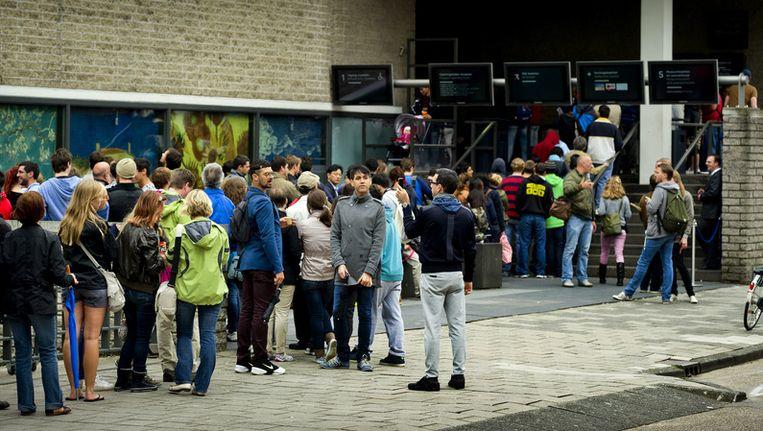 Toeristen in de rij voor het Van Gogh Museum. Beeld ANP