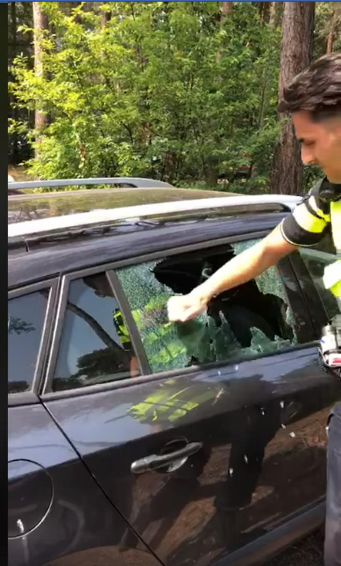 Politie redt hond uit auto