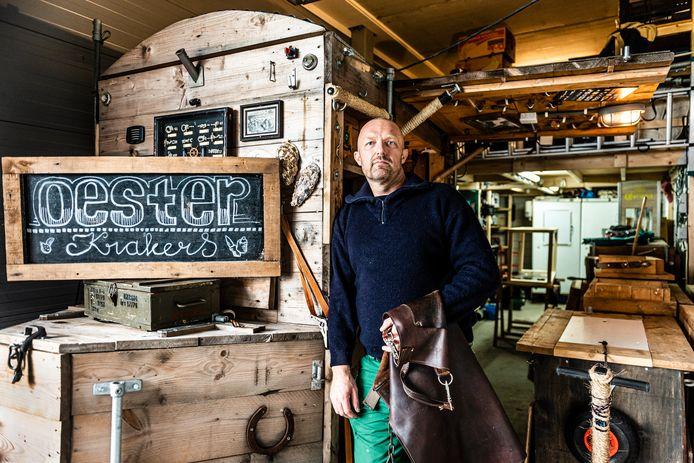 Ondernemer Andre Linting bij zijn foodtruck 'Oesterkrakers' waar hij nauwelijks meer werk voor heeft.