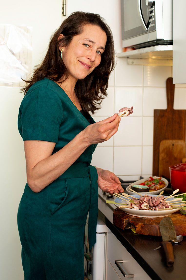 Katinka Lansink Dodero in haar keuken in de Jordaan.  Beeld Susanne Stange
