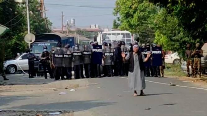 """Zuster gaat voor veiligheidstroepen in Myanmar staan: """"Dacht dat ik zou sterven"""""""